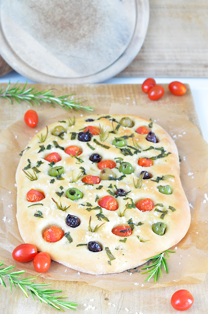 Focaccia mit Oliven und Tomaten