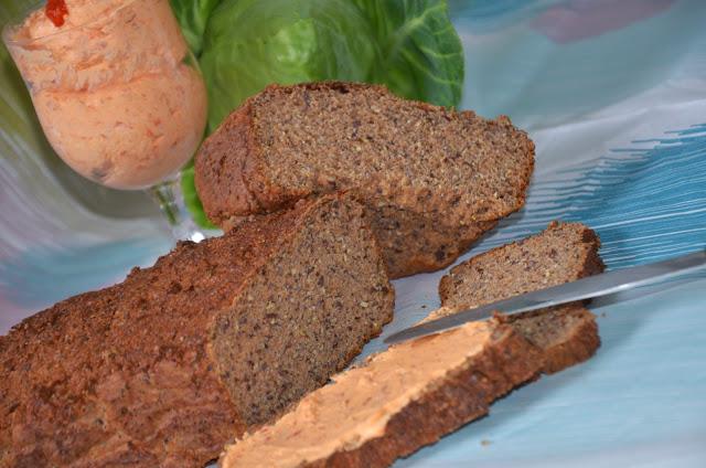 Eiweißbrot mit Avjaraufstrich und Spitzkohlsalat