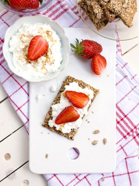 Sesam-Sonnenblumenkern-Knäckebrot mit Vanille-Frischkäse und Erdbeeren