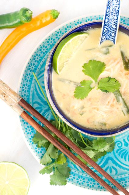 Tom Kha Gai – Thailändische Hühnersuppe mit Kokosnussmilch von Herzfutter