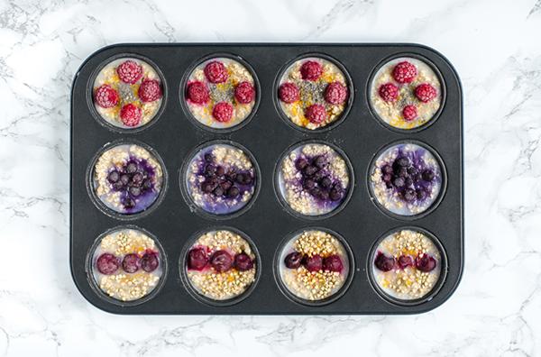 vegane Oatmeal Cups zum Einfrieren mit Blaubeeren, Sauerkirschen, Himbeeren, Buchweizen, Chiasamen, Ahornsirup