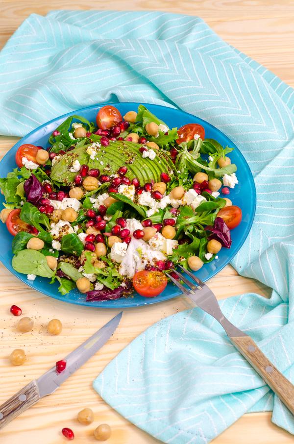 [After Work Meal] Salat mit Avocado, Kichererbsen, Feta und Granatapfelkernen