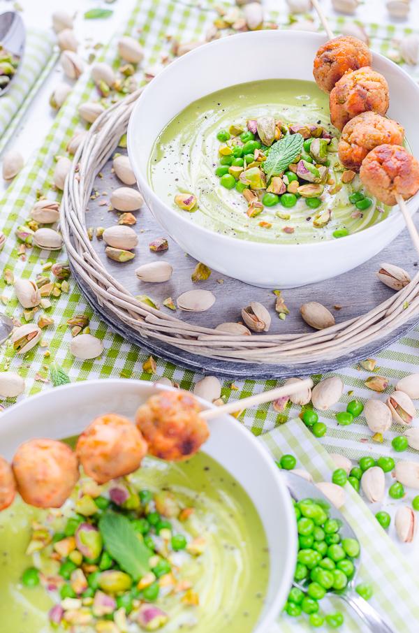 Erbsensuppe mit leichter Minz Note und würzigen Pistazien-Lachs-Bällchen