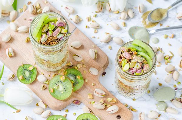 Matcha Tee Schichtjoghurt mit crunchy Pistazien-Granola und Kiwipüree