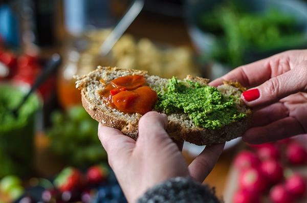 Leckere Schnittchen mit Pesto und Tomaten Marmelade