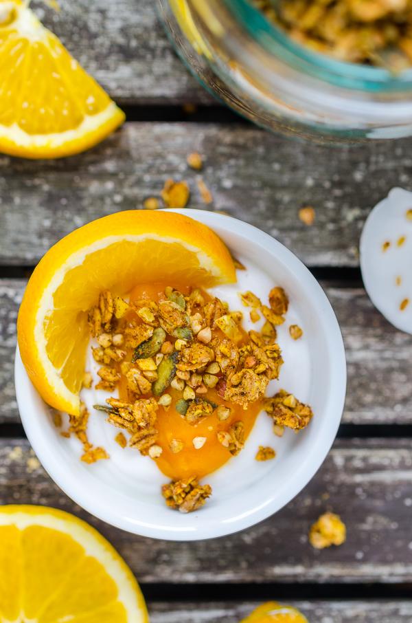crunchy Pumpkin Granola mit griechischem Joghurt, Kürbispüree und Orangen