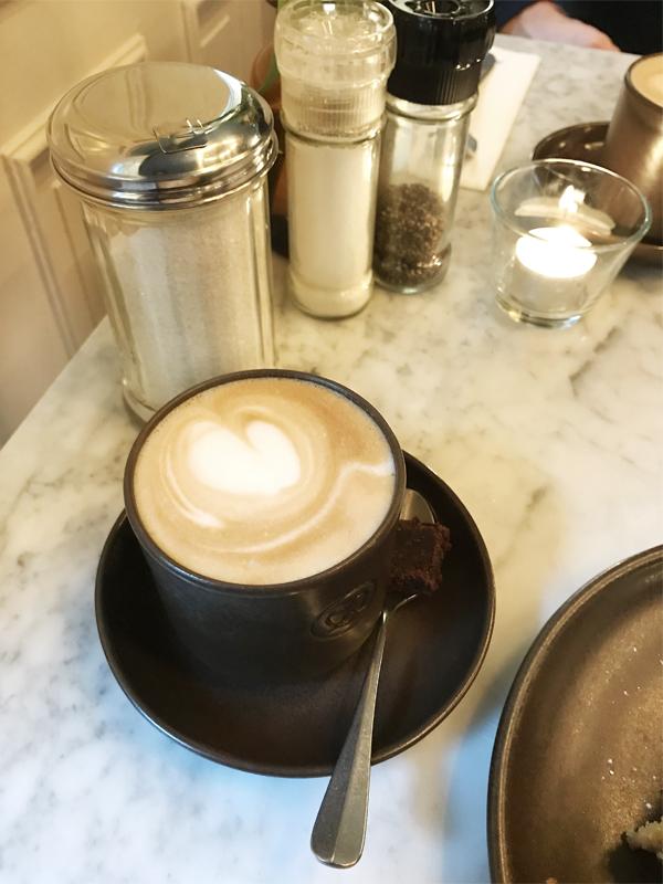 Hamburg Tipp Sarahs Krisenherd Frühstück Hamburger Innenstadt Mutterland Cöllns Cappuccino